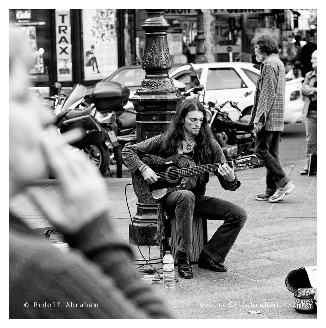 Busker, Paris, France