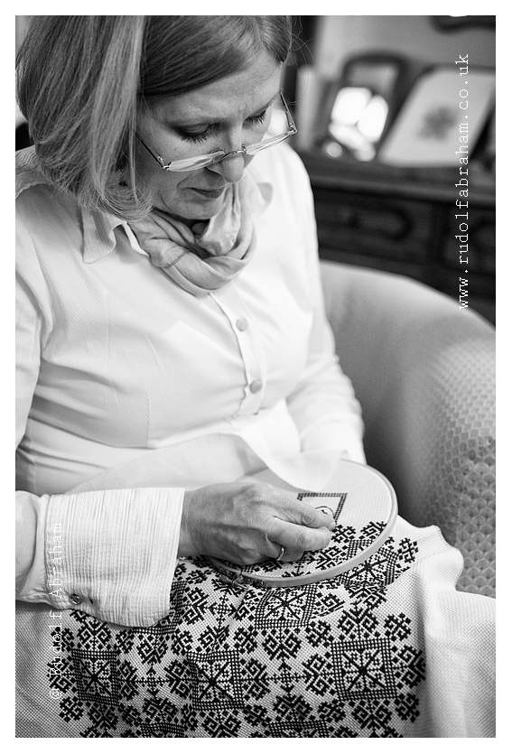 Radenka Jungic working on a piece of Zmijanje embroidery in her gallery shop in Banja Luka, Bosnia and Herzegovina (11 April 2014). © Rudolf Abraham. All Rights Reserved.